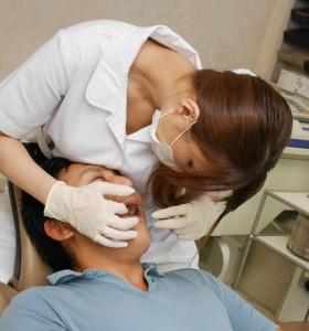 美月優芽の巨乳が患者に当たっている画像