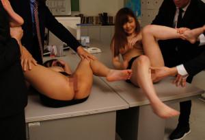 新島りおなと森川真奈美が机の上で開脚固定されている画像