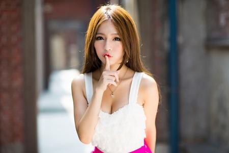 美女が口に指を当てている画像