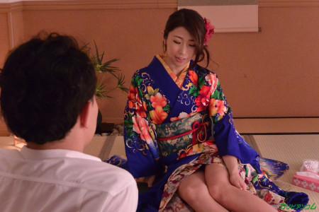 篠田あゆみが着物姿で男と話している画像