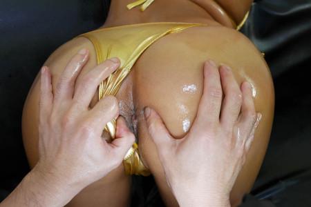 金色水着をズラしアナル丸見えな西条沙羅の画像