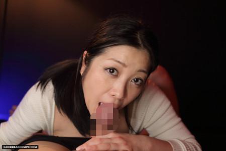 上目遣いでフェラしている小向美奈子の画像