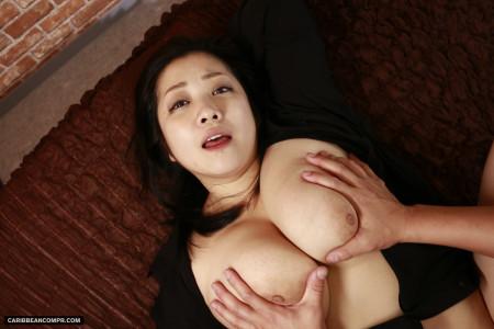 小向美奈子が仰向けでおっぱい揉まれている画像