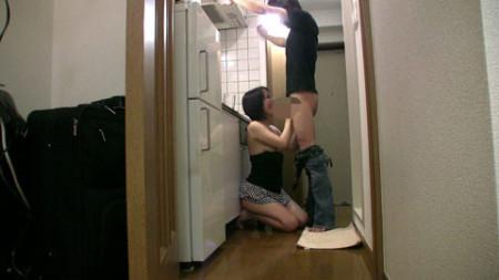kameが自宅の台所で仁王立ちフェラしている画像