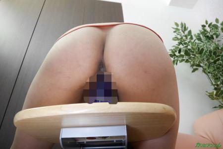 広瀬優希が椅子に固定されたディルドをマンコに入れている画像