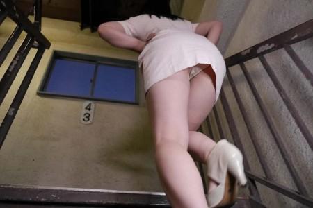 上原亜衣が階段でパンチラしている画像