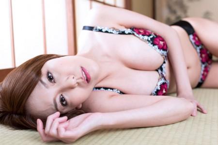 朝桐光が下着姿で横になっている画像
