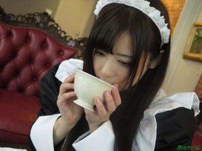 千野くるみが飲みかけのコーヒーに口を付けている画像