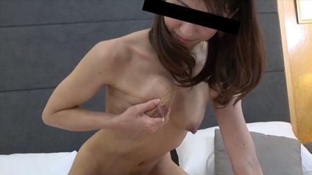 片手で母乳を大量噴出させている美人人妻の画像