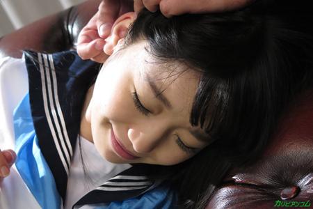 ロリJK姫川ゆうなの耳の性感帯をチェックしている画像