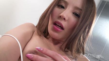 丘咲エミリが自分の乳首弄って気持ちよくなっている画像