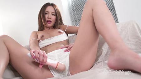 丘咲エミリが純白パンツの上からマンコに電マを当てている画像