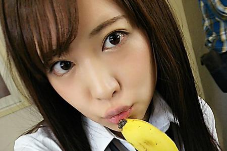 さくらみゆきがJK制服姿でバナナ口に当てている画像