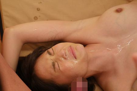 ザーメン嫌いのAV女優「水島にな」に顔射している画像
