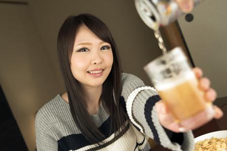 朝比奈菜々がビールを注がれて微笑んでいる画像