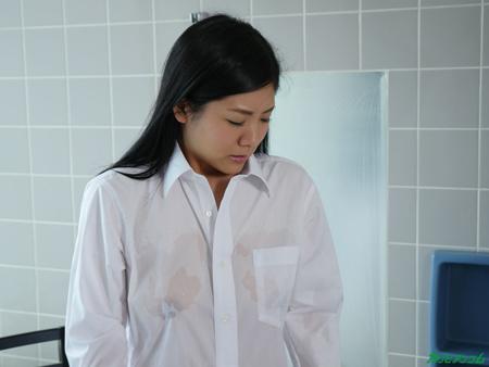 白シャツを水鉄砲で濡らされ乳首が透けている巨乳美女の画像