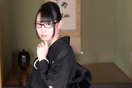 豊田ゆう(月野ゆりあ)が喪服姿でメガネをかけている画像