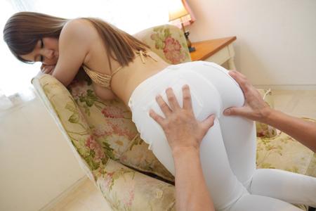 美尻美女がノーパンで白デニム履いている画像