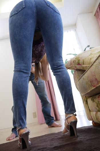 立花瑠莉がスキニージーンズ着衣で立ったままフェラしている画像