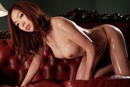 華音が上半身裸で女豹ポーズしている画像
