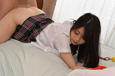 女子高生と制服着衣のままバックで挿入している画像