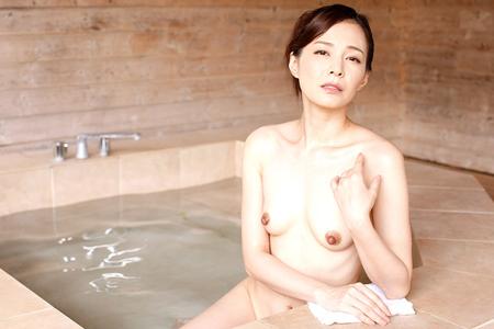 水原梨花が温泉に入っている画像