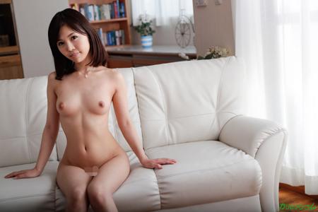 水鳥文乃が全裸でソファーに座っている画像