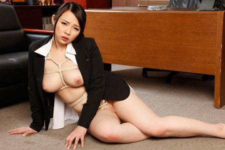 ジャケット$ブラウスの下が全裸亀甲縛りな美女の画像