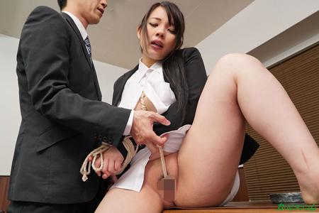 社長から麻縄でお仕置きされている美人秘書