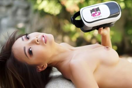 VRゴーグルを持っている裸の美女